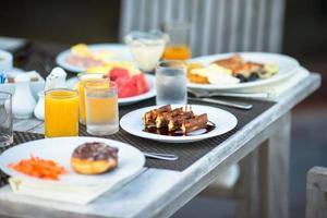 gaufres et jus servis pour le petit déjeuner