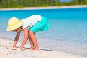 fille s'amusant à jouer dans le sable photo