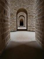 luxembourg city, luxembourg, 2020 - un chemin dans une crypte archéologique