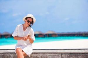 femme se détendre avec son téléphone photo