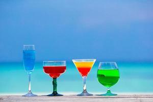 cocktails rafraîchissants au bord de l'océan