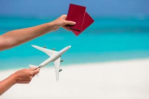 passeports et avion jouet photo