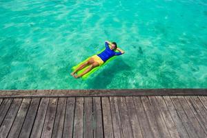 homme de détente sur un floatie dans l'océan