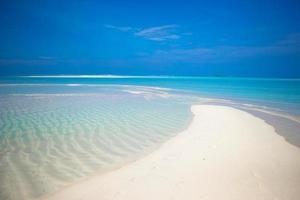 barre de sable dans l'eau tropicale photo