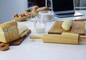 pâte à pain et rouleau à pâtisserie photo