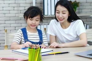 enseignant et étudiant travaillant sur la lecture photo