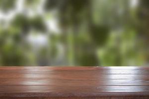 Ancien plateau de table en bois vide avec arrière-plan flou photo