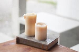 deux bougies décorées dans un café