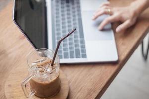 café glacé avec une personne travaillant sur un ordinateur portable photo
