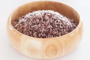 riz aux petits fruits dans un bol en bois