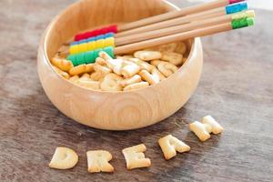 Biscuit alphabet de rêve sur table en bois