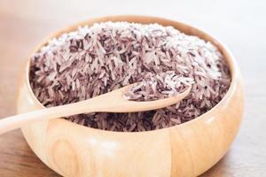 cuillère en bois et bol avec riz
