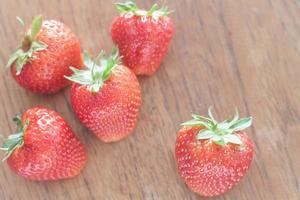 fraises sur une table en bois