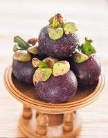 Mangoustans violets sur une table photo