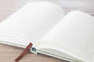 cahier ouvert sur une table