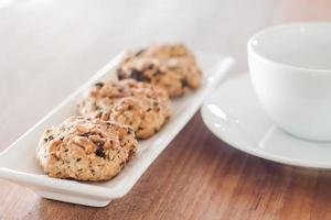 biscuits aux noix mélangées avec une tasse de café photo
