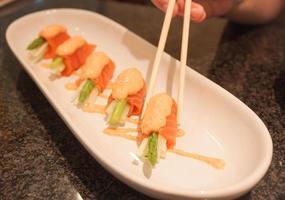 gros plan, de, personne, manger, sushi saumon photo