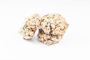Biscuits aux noix mixtes isolés sur fond blanc