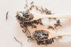Vue de dessus du thé oolong dans des cuillères en bois