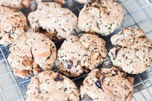 Close-up de biscuits aux céréales sur une grille de refroidissement