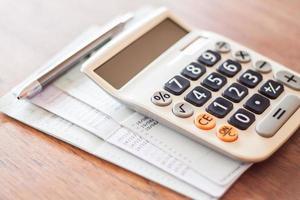 calculatrice et stylo avec papiers photo