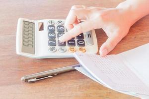 femme affaires, vérification, équilibre financier photo