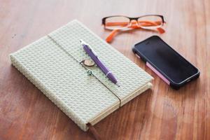 accessoires de travail sur une table en bois photo