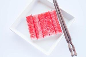 bâtonnets de crabe rouge avec des baguettes photo