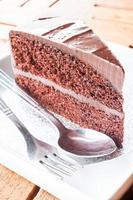 morceau de gâteau au chocolat avec cuillère et fourchette