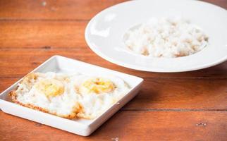 oeufs et riz sur une table photo
