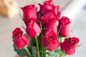 beau bouquet de fleurs rouge vif photo