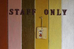 le personnel ne signe que sur un mur peint photo