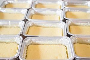 gâteaux au fromage dans des moules métalliques photo