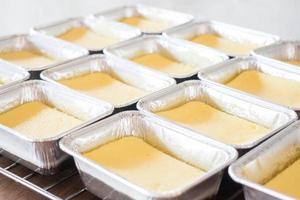 groupe de gâteaux au fromage dans des casseroles
