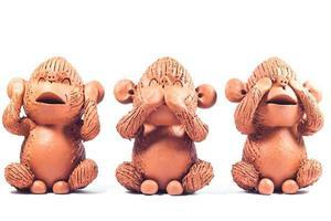 Trois singes d'argile sur fond blanc photo