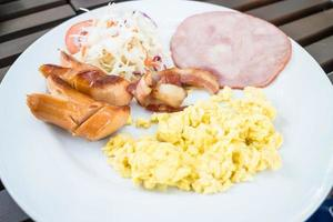 assiette petit-déjeuner avec œufs brouillés