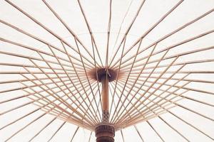 parapluie en bambou blanc photo