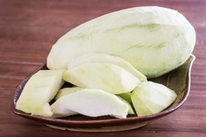 mangue verte sur une assiette photo