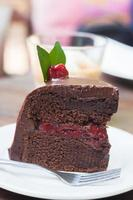 Morceau de gâteau au chocolat sur plaque blanche