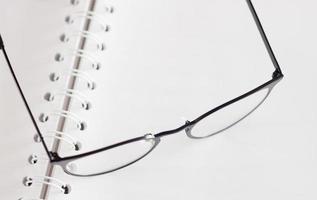 lunettes sur un cahier photo