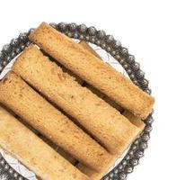 Gros plan d'une assiette de bâtonnets de pain grillé photo
