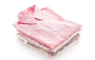 vêtements pliés sur fond blanc photo