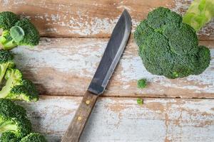 brocoli et un couteau