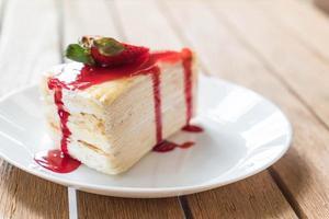 gâteau aux crêpes à la vanille et sauce aux fraises photo
