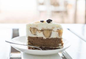gâteau banoffee sur fond blanc minimal photo