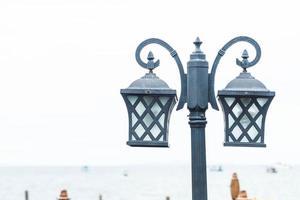 Lampadaire antique dans la rue photo