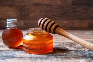 miel biologique sur table en bois photo