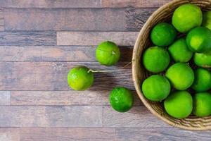 citron vert frais dans un panier vert