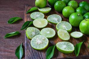 tranches de citron vert frais