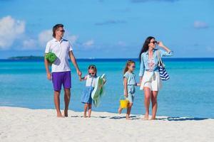 parents et enfants sur une plage photo